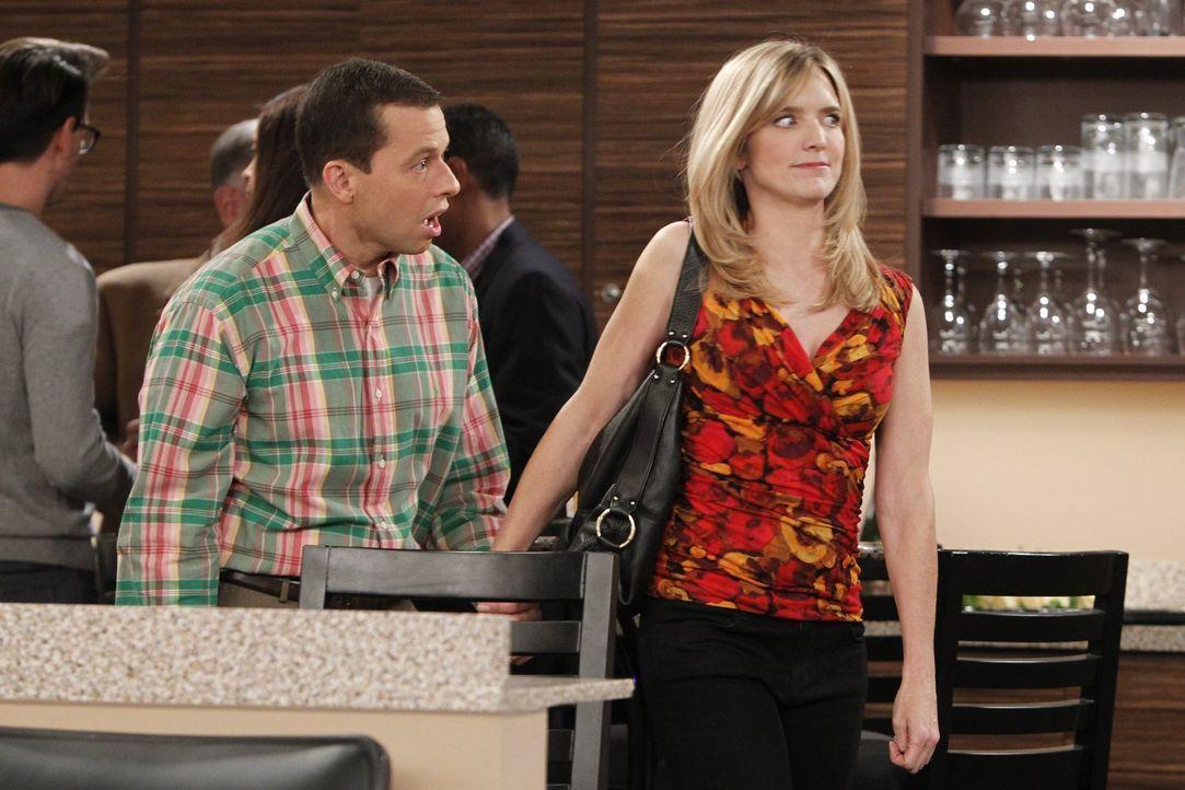 Alan (Jon Cryer, l.) versucht, sich mit Lyndseys (Courtney Thorne-Smith, r.) neuem Freund anzufreunden, um herauszufinden, was der hat, das Alan nic... - Bildquelle: Warner Bros. Television