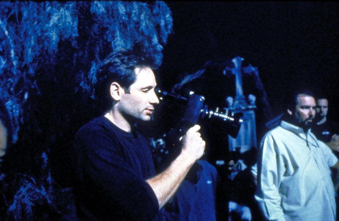 """Mulder (David Duchovny, l.) blickt bei der Verfilmung eines """"Akte X""""- Falles hinter die Kulissen. - Bildquelle: TM +   2000 Twentieth Century Fox Film Corporation. All Rights Reserved."""