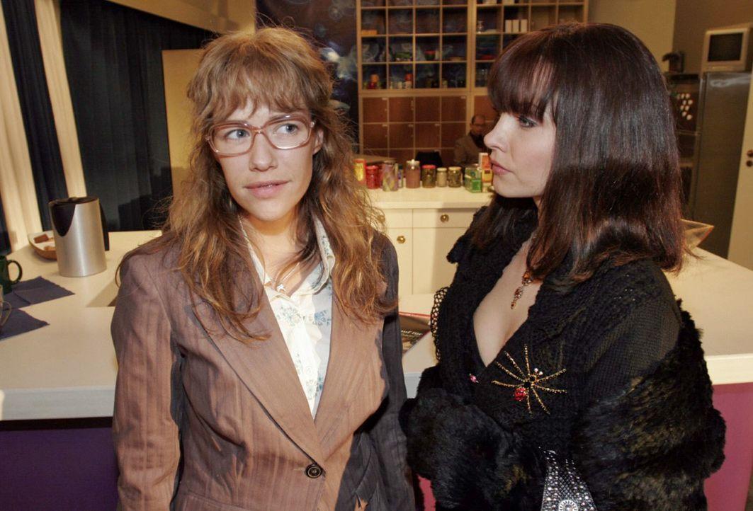 Sängerin Alex (Janin Reinhardt, r.) überzeugt Lisa (Alexandra Neldel, l.) auf charmante Weise, ihr zu helfen. (Dieses Foto von Alexandra Neldel darf... - Bildquelle: Noreen Flynn Sat.1