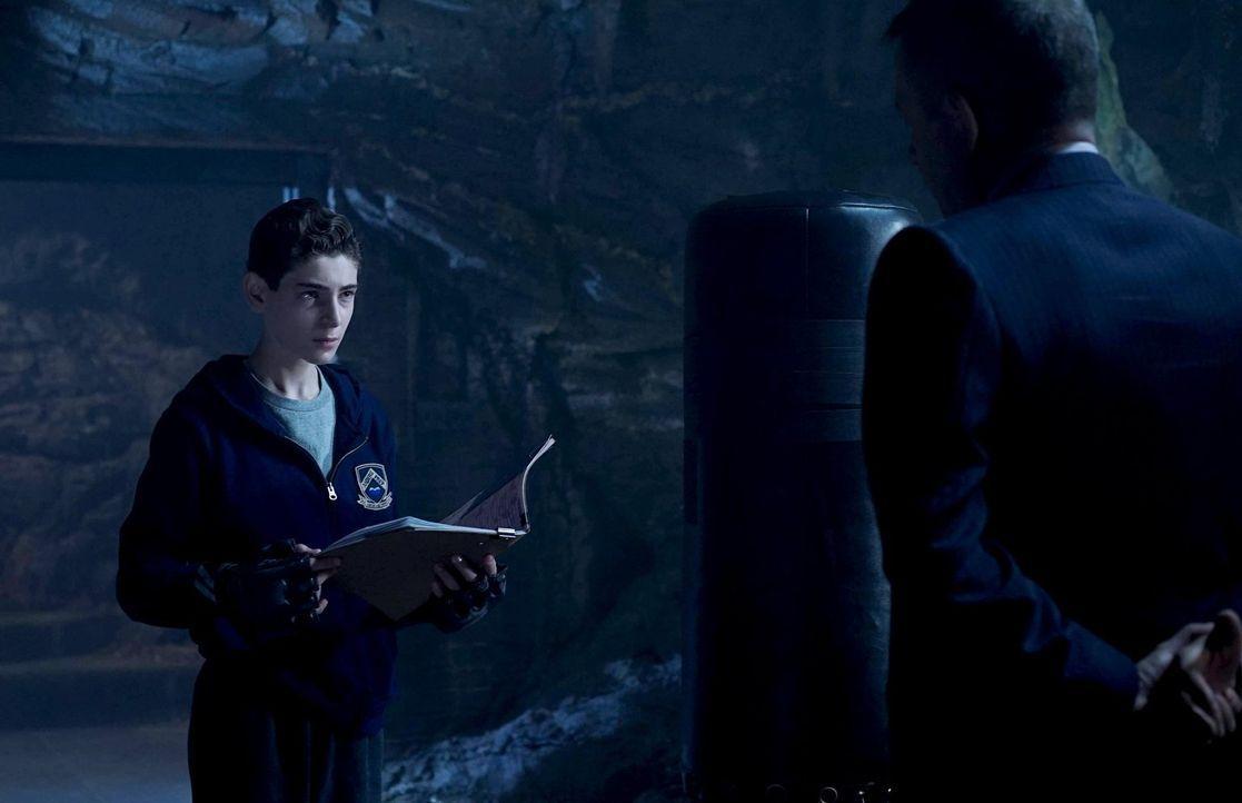 Während Gordon weiter auf der Suche nach Victor Fries ist, erfährt Bruce (David Mazouz, l.) von Alfred (Sean Pertwee, r.) wichtige Informationen übe... - Bildquelle: Warner Brothers