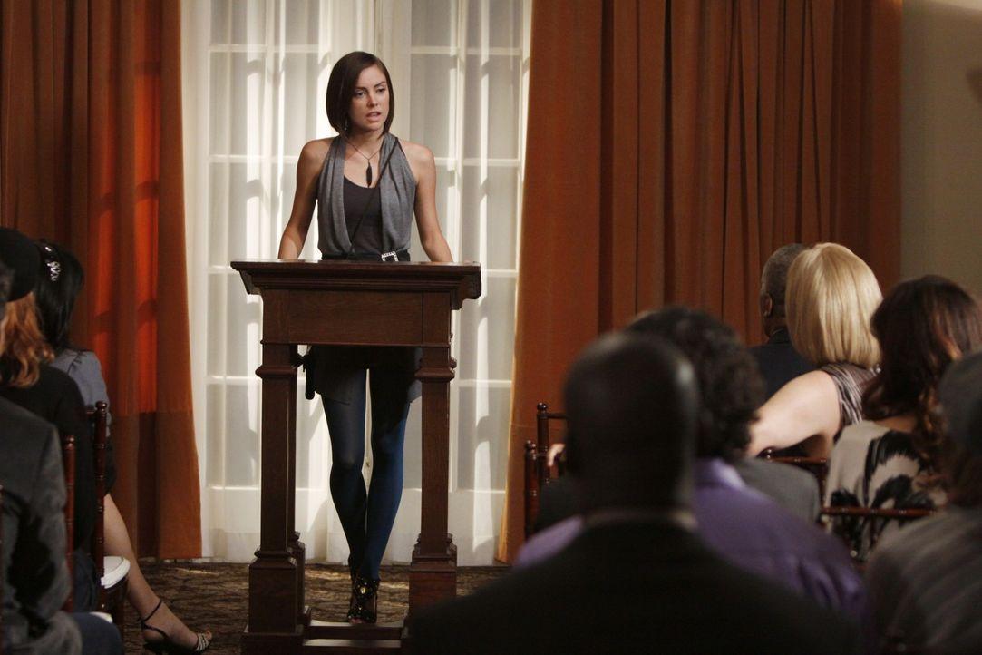 Silver (Jessica Stroup) erklärt öffentlich, dass sie mit ihrer Mutter nichts mehr zu tun haben will... - Bildquelle: TM &   CBS Studios Inc. All Rights Reserved