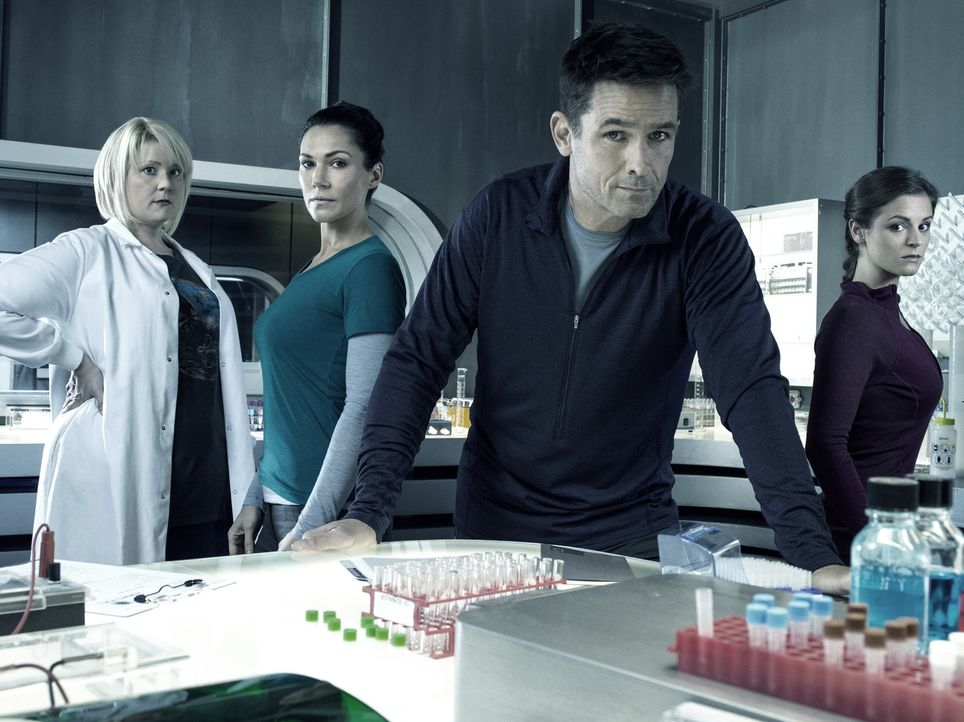 (1. Staffel) - Wollen einen tödlichen Virus unter Kontrolle bringen: Dr. Doreen Boyle (Catherine Lemieux, l.), Dr. Julia Walker (Kyra Zagorsky, 2.v.... - Bildquelle: 2014 Sony Pictures Television Inc. All Rights Reserved.