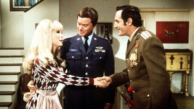 Tony (Larry Hagman, M.) und Jeannie (Barbara Eden, l.) haben den russischen K...