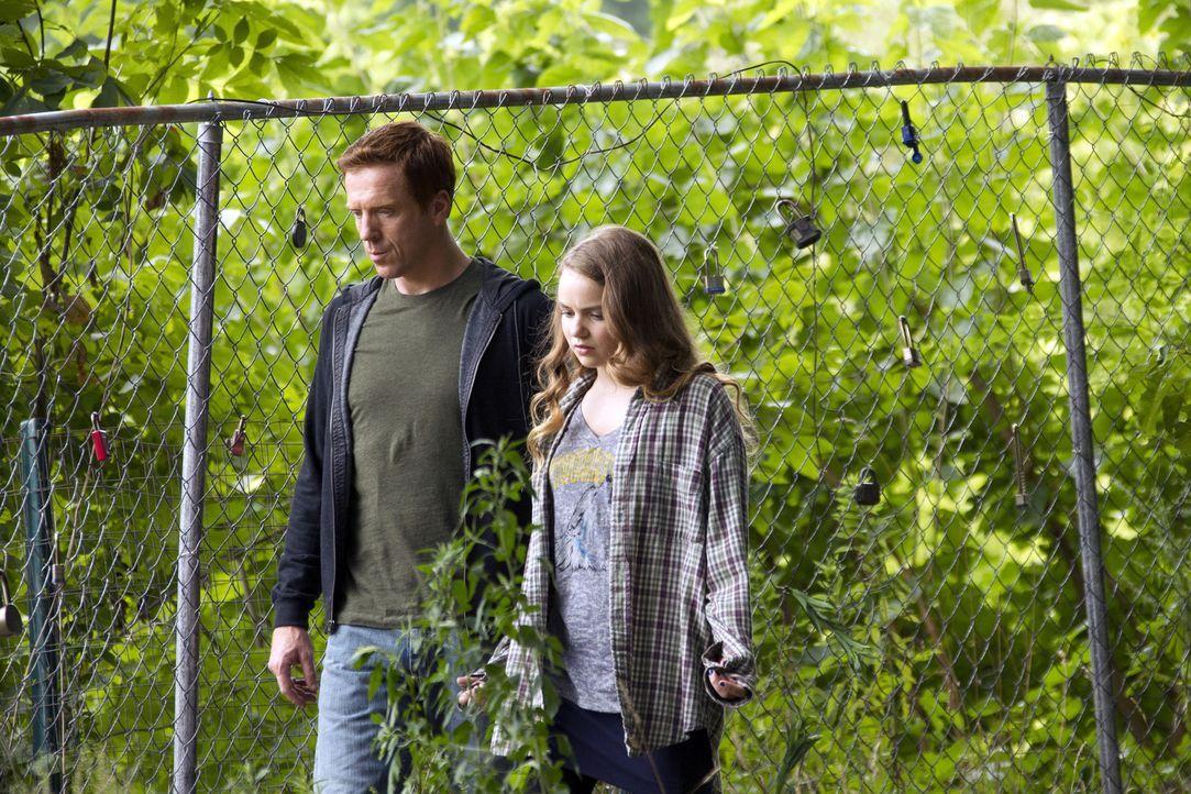 Zu ihrem Vater Nicholas (Damian Lewis, l.) baut Dana (Morgan Saylor, r.) schnell ein gutes Verhältnis auf, aber ein wichtiges Geheimnis vertraut si... - Bildquelle: 2011 Twentieth Century Fox Film Corporation. All rights reserved.