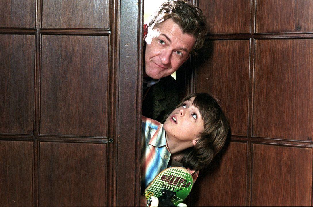 Daniel (Johann Hillmann, unten) verhilft seinem Vater Max (Dominic Raacke, oben) zur Flucht aus der psychiatrischen Klinik. Doch schon am nächsten... - Bildquelle: Stefan Erhard Sat.1
