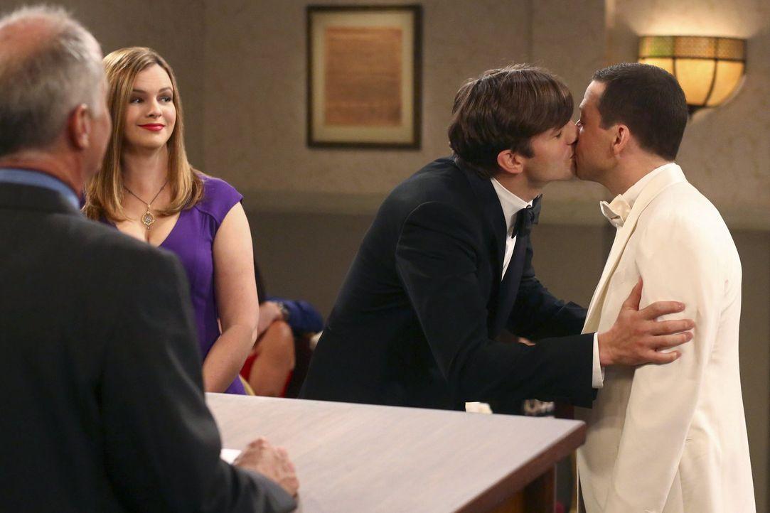 Der große Tag ist gekommen, Walden (Ashton Kutcher, 2.v.r.) und Alan (Jon Cryer, r.) geben sich das Ja-Wort ... - Bildquelle: Warner Brothers Entertainment Inc.
