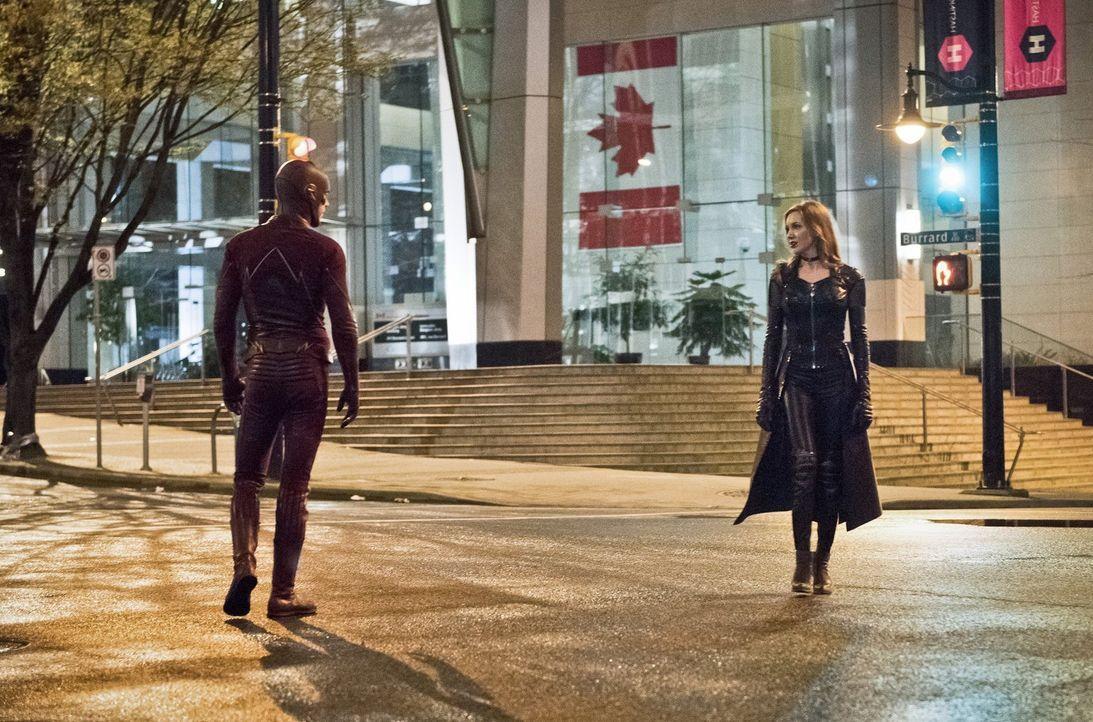 Barry alias The Flash (Grant Gustin, l.) ist geschockt, als ihm bewusst wird, dass ausgerechnet die Doppelgängerin von Black Canary, nämlich Black S... - Bildquelle: Warner Bros. Entertainment, Inc.