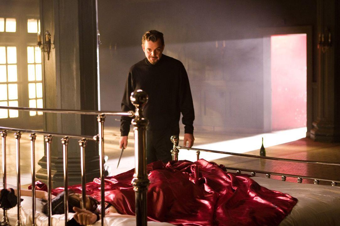 "In dem Roman ""The Number 23"" tötet Dr. Miles Phoenix (Danny Huston, hinten) die mysteriöse Femme Fatale Fabrizia (Virginia Madsen, vorne). Bedeute... - Bildquelle: 2007 Warner Brothers"