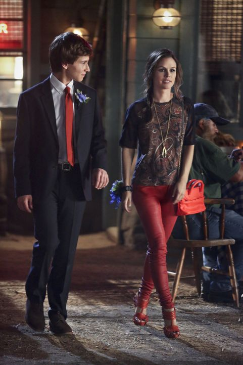 Wo die Liebe hinfällt: Ausgerechnet der junge Football-Spieler Max (Nicholas Podany, l.) schwärmt für Zoe (Rachel Bilson, r.) ... - Bildquelle: Warner Bros.