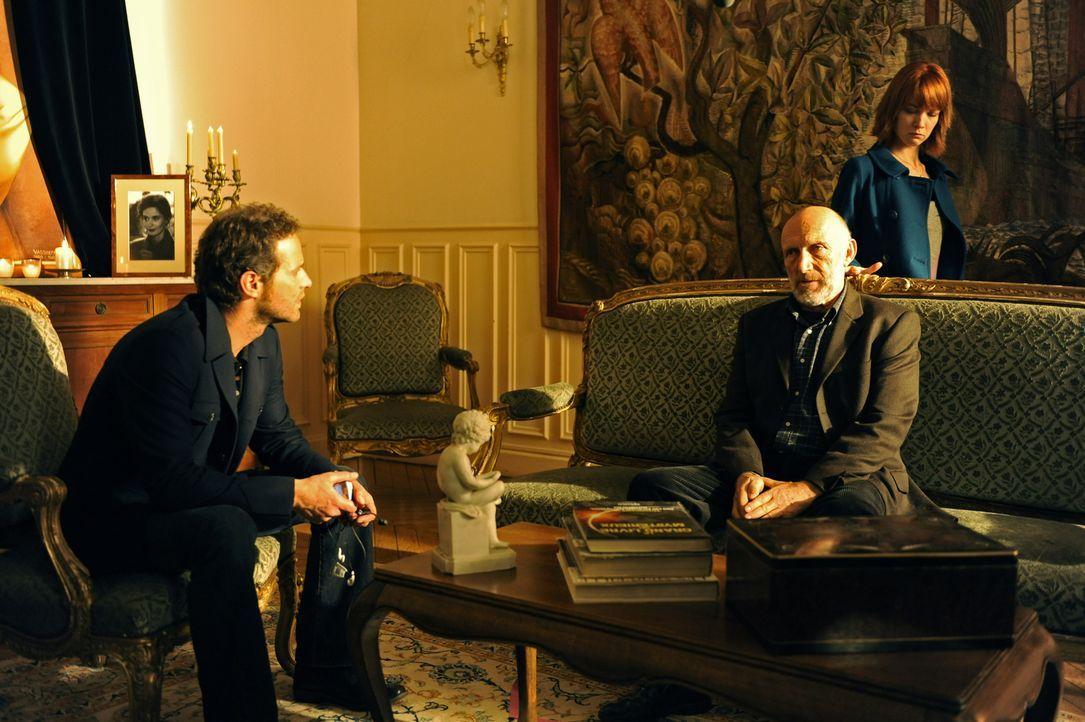 Bei Jacques Mirmont (Rufus, M.), Vater des Verstorbenen, bekommen Matthieu (Guillaume Cramoisan, l.) und Chloé (Odile Vuillemin, r.) erstaunliche Er... - Bildquelle: 2008 - Beaubourg Audiovisuel/BeFilms/RTBF (Télévision Belge)