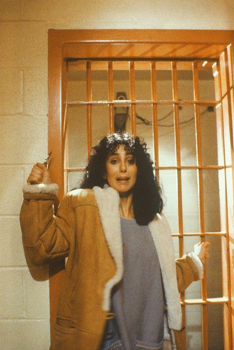Kathleen (Cher) wird von einem Gefangenen bedroht und versucht, sich mit einem Messer zu wehren ... - Bildquelle: TriStar Pictures