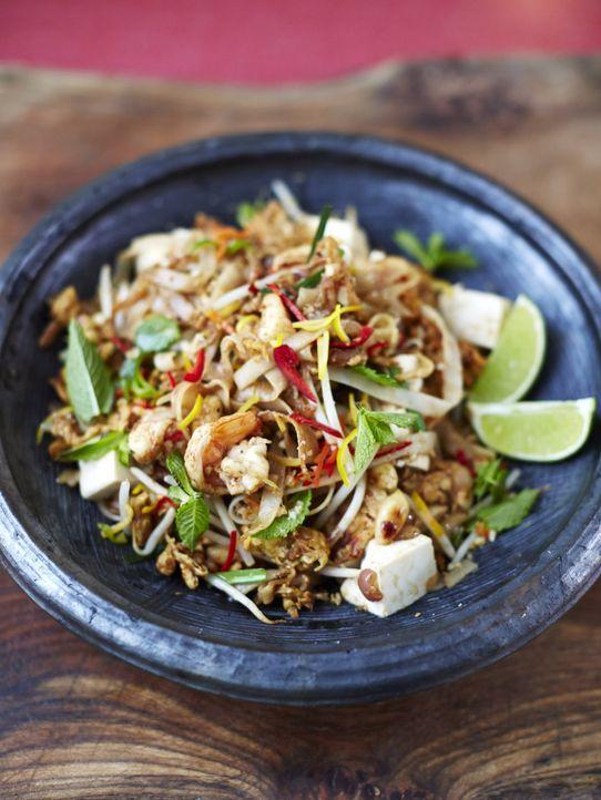 Hugh Bonneville kocht für die Café Gäste das traditionelle thailändische Nudelgericht Phat Thai ... - Bildquelle: 2014 Joe Sarah