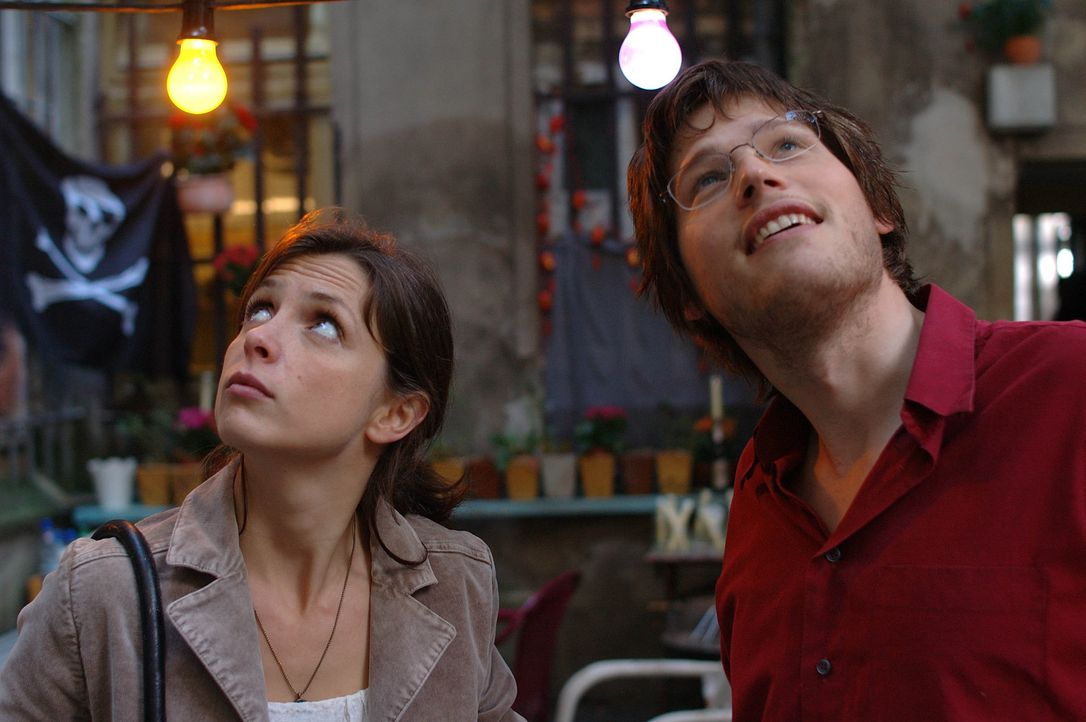 Als Josh, Annas (Julia Brendler, l.) Sohn, Martin (Sebastian Ströbel, r.) vom Balkon mit unappetitlichen Dingen bombardiert, hat das weitreichende F... - Bildquelle: Dirk Plamböck ProSieben