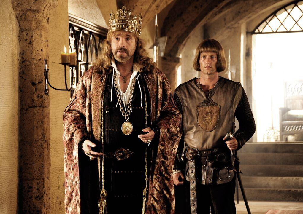 Neulich im Mittelalter: Das Geschäft mit Markenrüstungen, Minnesänger-Casting, Ride-Ins und Leibeigenen-Gleitzeit boomt. Um da noch ehrenwert zu ble... - Bildquelle: Warner Brothers