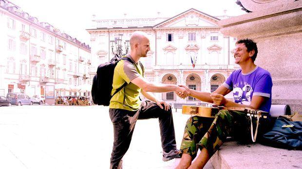 Auf seiner ungewöhnlichen Reise trifft Leon (l.) Menschen mit mehr und wenige...