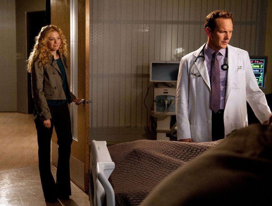 Dr. Michael Holt (Patrick Wilson, r.) bringt einen guten Freund in die Klinik zu Dr. Kate Sykora (Rachelle LeFevre, l.). - Bildquelle: 2011 CBS BROADCASTING INC. ALL RIGHTS RESERVED
