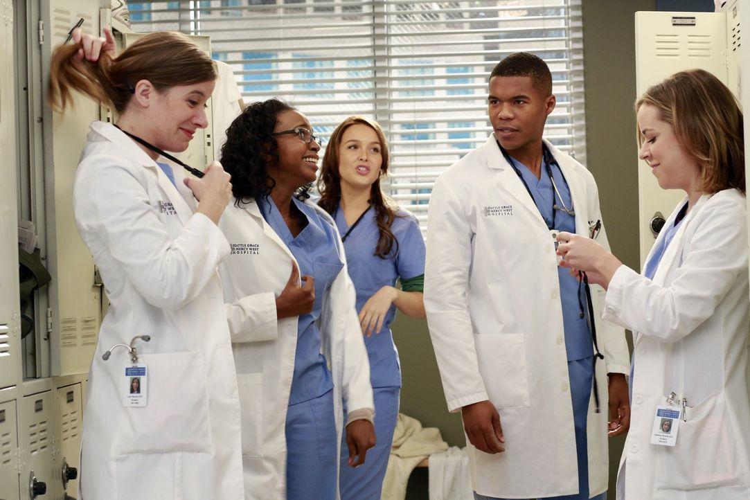 Die neuen Assistenzärzte finden sich inmitten des Dramas am Seattle Grace wieder: Leah (Tessa Ferrer, l.), Stephanie (Jerrika Hinton, 2.v.l.), Jo (C... - Bildquelle: ABC Studios