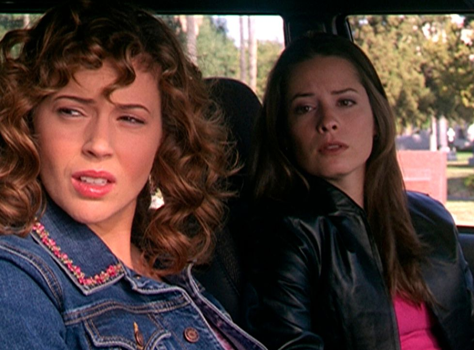 Während eines Ausflugs zum Strand entdecken Piper (Holly Marie Combs, r.) und  Phoebe (Alyssa Milano, l.) eine sehr auffallende Frau. - Bildquelle: Paramount Pictures