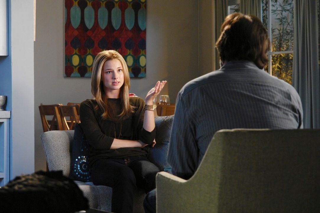 David (Ken Olin, r.) überbringt Rebecca (Emily VanCamp, l.) die Nachricht, dass ihre Mutter sie sehen möchte. Wird Holly sie endlich wieder als ih... - Bildquelle: 2010 American Broadcasting Companies, Inc. All rights reserved.
