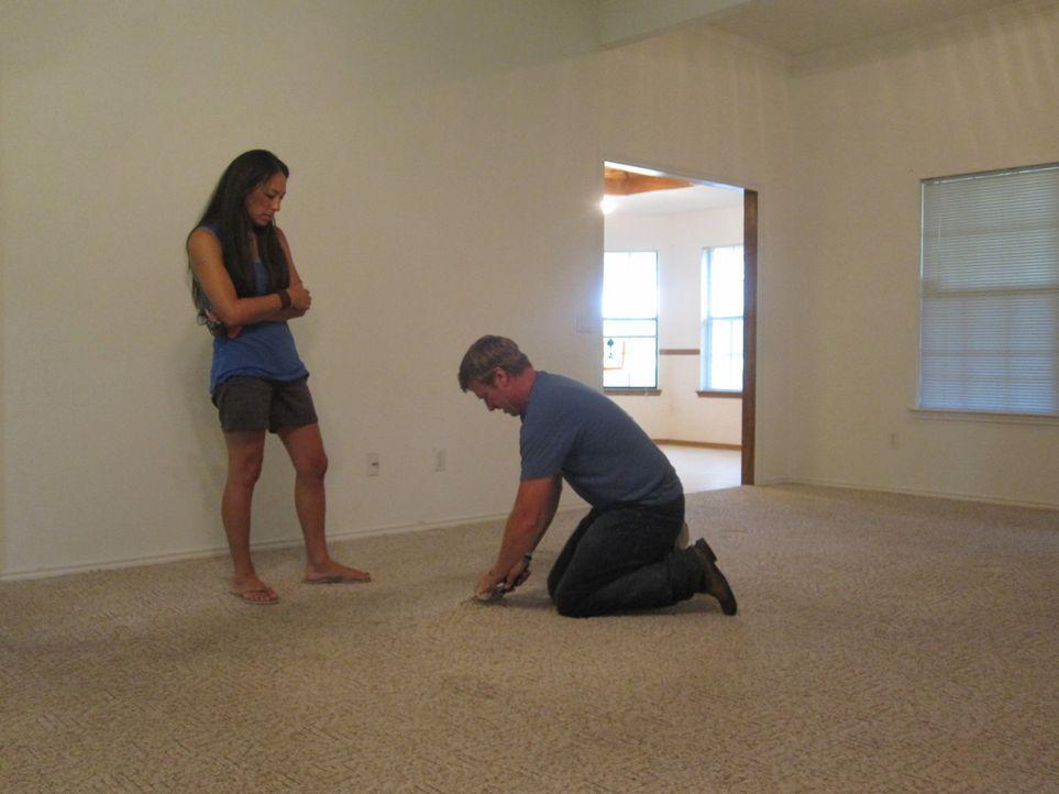 In diesem Haus wartet eine Menge Arbeit auf Joanna (l.) und Chip (r.) ... - Bildquelle: 2015, HGTV/ Scripps Networks, LLC.  All Rights Reserved.