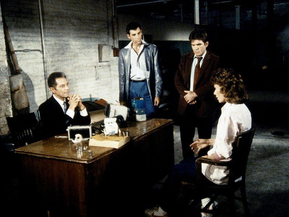 Nick Falcone (Anthony Ponzini, l.), der Boss eines Verbrechersyndikats, verdächtigt Amanda (Kate Jackson, r.), ihm eine große Menge Kokain gestohlen...