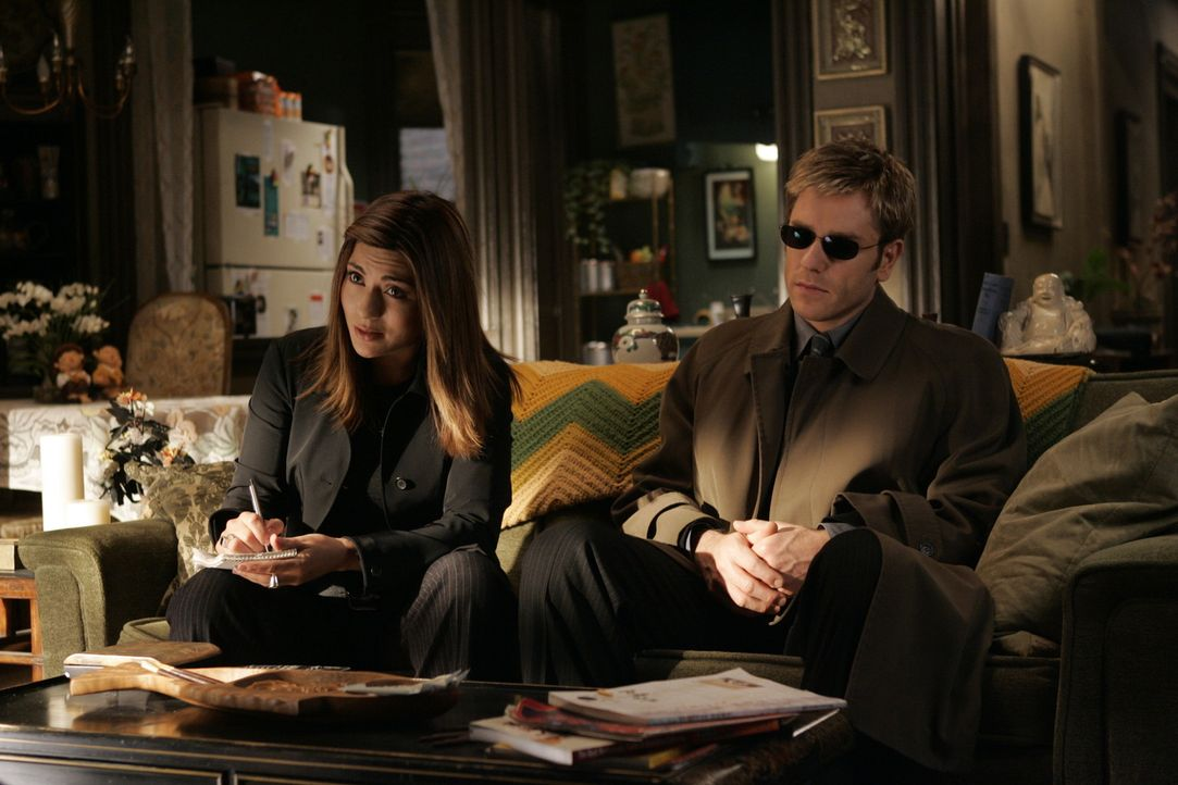 Detective Karen Bettancourt (Marisol Nichols, l.) und Detective Jim Dunbar (Ron Eldard, r.) befragen einen Verdächtigen ... - Bildquelle: TM &   2006 CBS Studios Inc. All Rights Reserved.