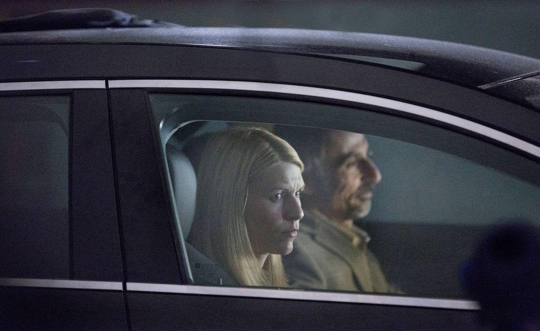 Während Saul seine Karriere aufs Spiel setzt, erfährt Carrie (Claire Danes, l.) von Javadi (Shaun Toub, r.), dass der Verantwortliche für den Anschl... - Bildquelle: 2013 Twentieth Century Fox Film Corporation. All rights reserved.