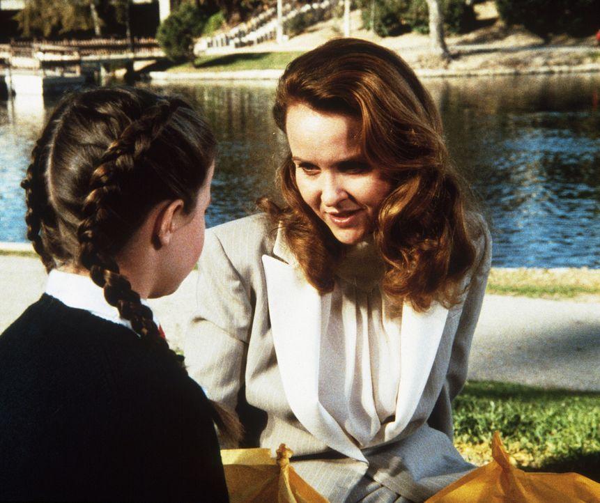 Marsha Stearns (Coleen Maloney, r.) sagt ihrer Tochter Amy (Natalie Gregory, l.), dass sie zu den Großeltern fahren wollen. - Bildquelle: Worldvision Enterprises, Inc.