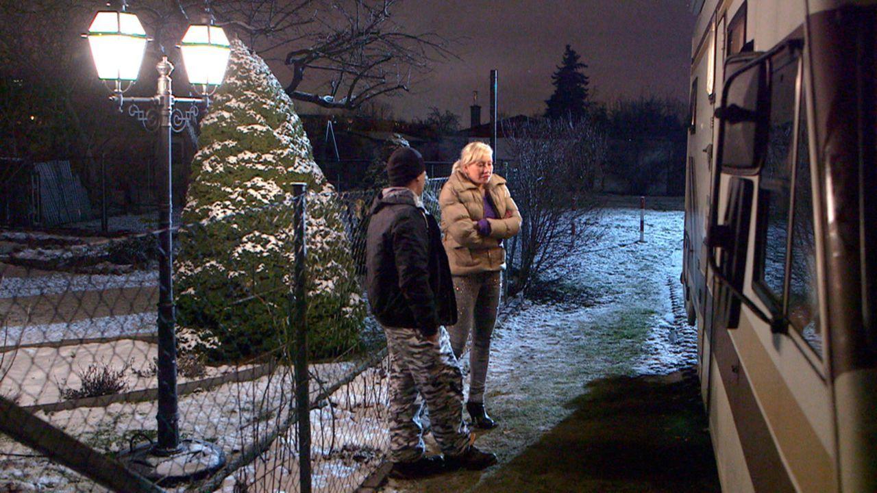 Schieflage bei den Pruschkes: Holger (l.) tut alles, um die Familie vor dem Ruin zu retten und versucht sich als Verkäufer. Doch Doro (r.) glaubt n... - Bildquelle: SAT.1