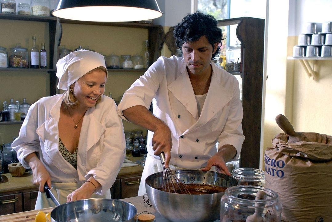 Fabio (Pasquale Aleardi, r.) zeigt Lissy (Annette Frier, l.), mit wie viel Liebe Eis gemacht wird. - Bildquelle: Hardy Brackmann Sat.1