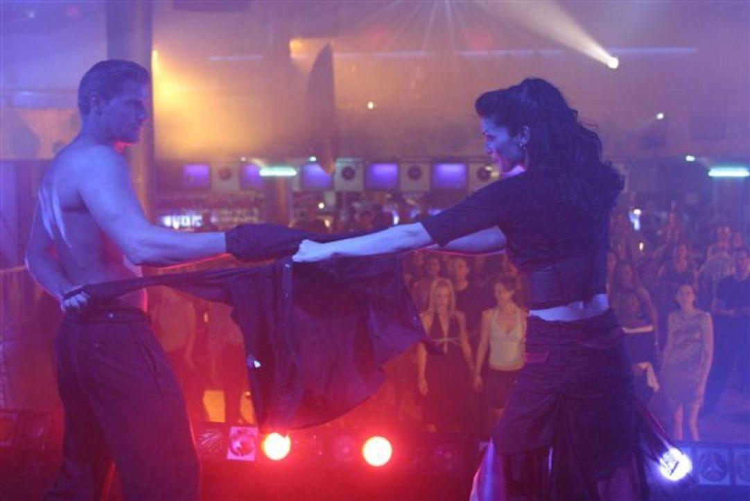 Verlieben sich ineinander: Lance (David Boreanaz, l.) und Sophia (Alana De La Garza, r.) ... - Bildquelle: First Look International