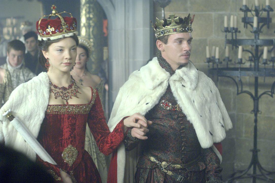 König Henry VIII. (Jonathan Rhys Meyers, r.) hat eine Überraschung für Lady Anne (Natalie Dormer, l.) - er ernennt sie zur Marquess of Pemproke - un... - Bildquelle: 2008 TM Productions Limited and PA Tudors II Inc. All Rights Reserved.