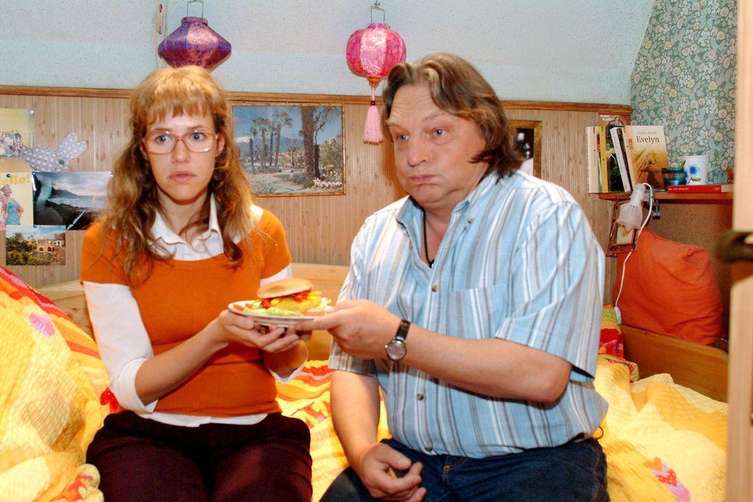 Lisa (Alexandra Neldel, l.) bringt es wieder nicht übers Herz, Bernd (Volker Herold, r.) von ihrem Auszug zu erzählen. (Dieses Foto von Alexandra... - Bildquelle: Sat.1