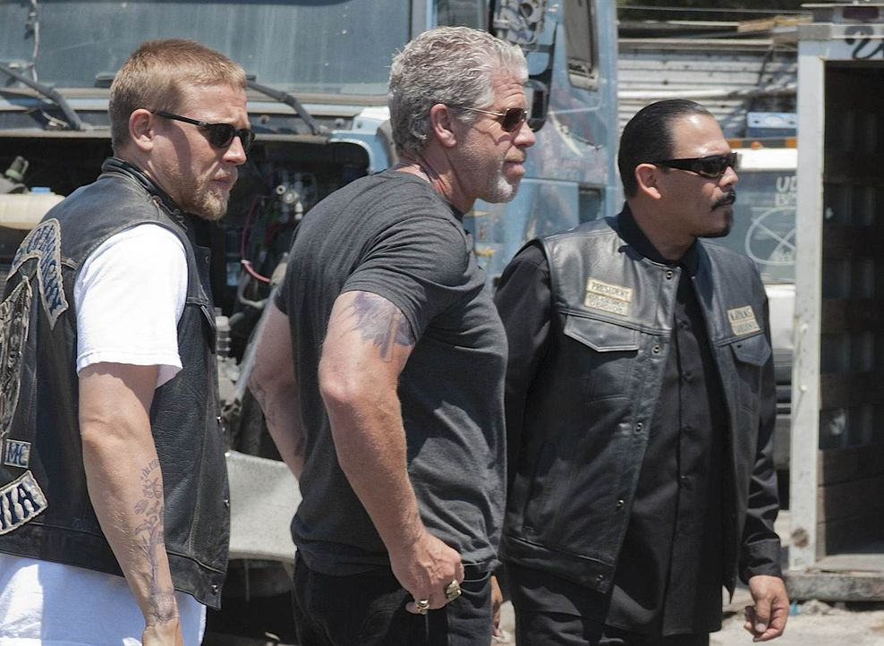 Jax (Charlie Hunnam) und Clay (Ron Perlman) sollen Drogen transportieren, die für  Alvarez (Emilio Rivera) bestimmt sind ... - Bildquelle: 2011 Twentieth Century Fox Film Corporation and Bluebush Productions, LLC. All rights reserved.