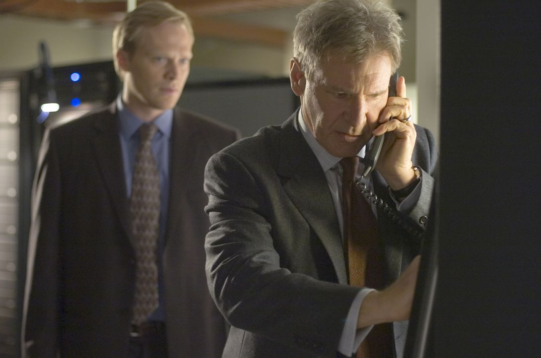 Zwischen dem kriminellen Mastermind Bill Cox (Paul Bettany, l.) und dem klugen Computer-As Jack Stanfield (Harrison Ford, r.) entwickelt sich ein ra... - Bildquelle: Warner Bros. Pictures