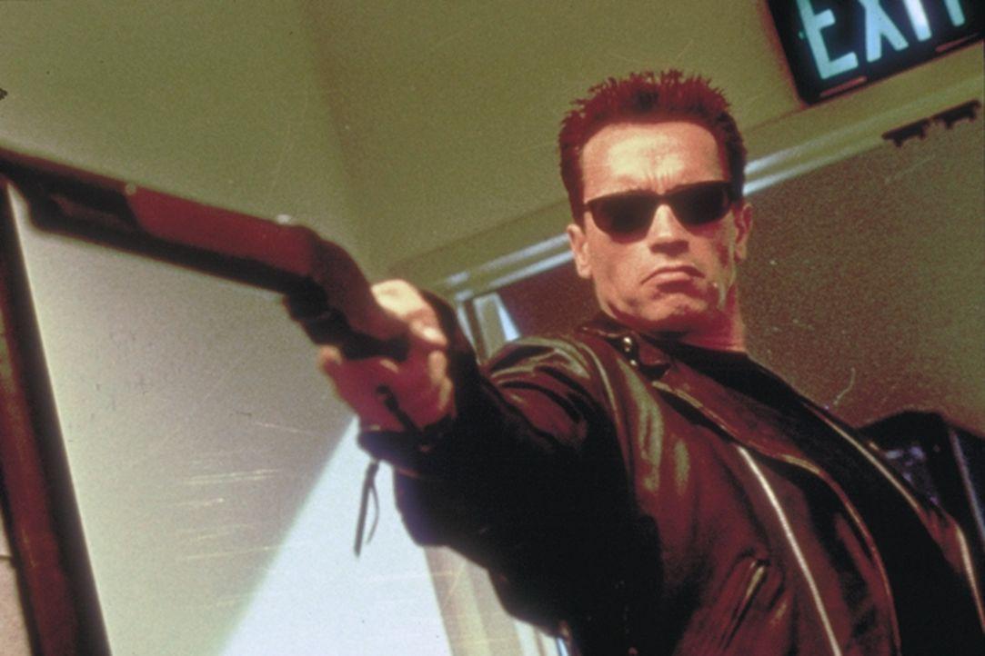 """""""Asta la Vista, Baby"""": Professionell entledigt sich der Terminator (Arnold Schwarzenegger) eines unliebsamen Feindes ... - Bildquelle: Columbia TriStar Films"""
