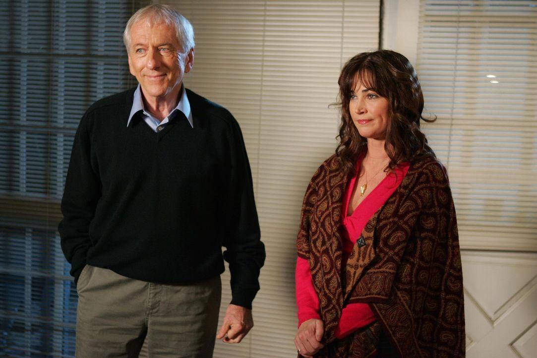 Nachdem Max (Barry Newman, l.) einen weitern Schlaganfall erleidet und daran stirbt, will Rebecca (Kim Delany, r.) die Stadt verlassen. Jedoch möch... - Bildquelle: Warner Bros. Television