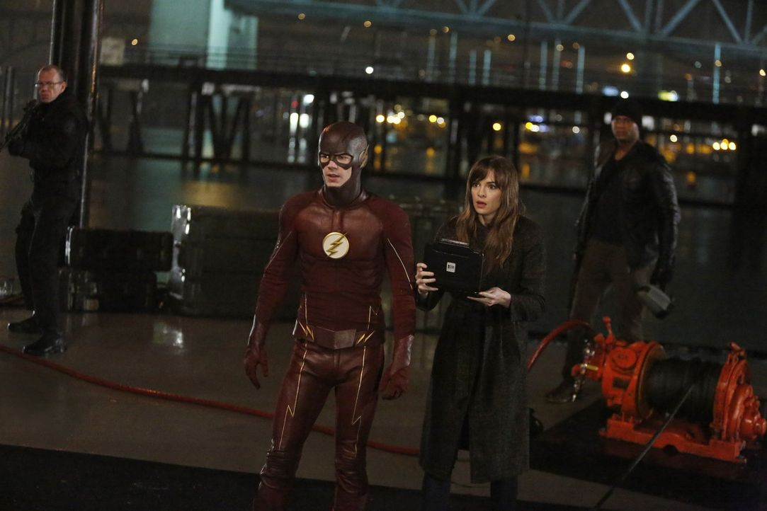 Gelingt es Caitlin (Danielle Panabaker, r.), den King Shark ausfindig zu machen und Barry alias The Flash (Grant Gustin, l.) eine Chance zu verschaf... - Bildquelle: Warner Bros. Entertainment, Inc.