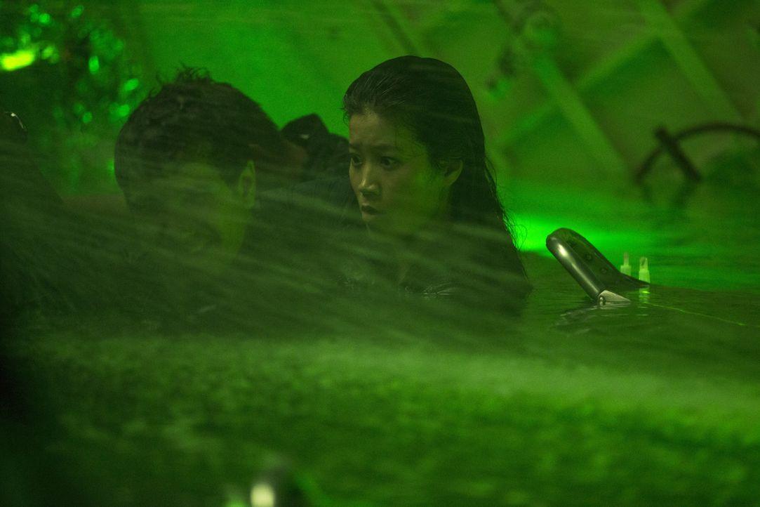 Müssen in einem geheimen U-Boot der US-Marine ums pure Überleben kämpfen: Walter (Elyes Gabel, l.) und Happy (Jadyn Wong, r.) ... - Bildquelle: Sonja Flemming 2015 CBS Broadcasting, Inc. All Rights Reserved.