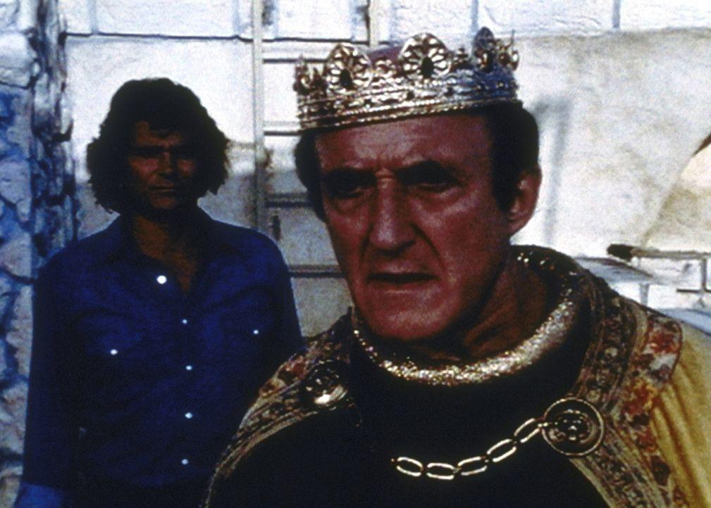 Jonathan (Michael Landon, l.) zeigt viel mehr Verständnis für Arthur Krock alias König Artus (Ron Moody, r.), als dieser erwartet hatte. - Bildquelle: Worldvision Enterprises, Inc.