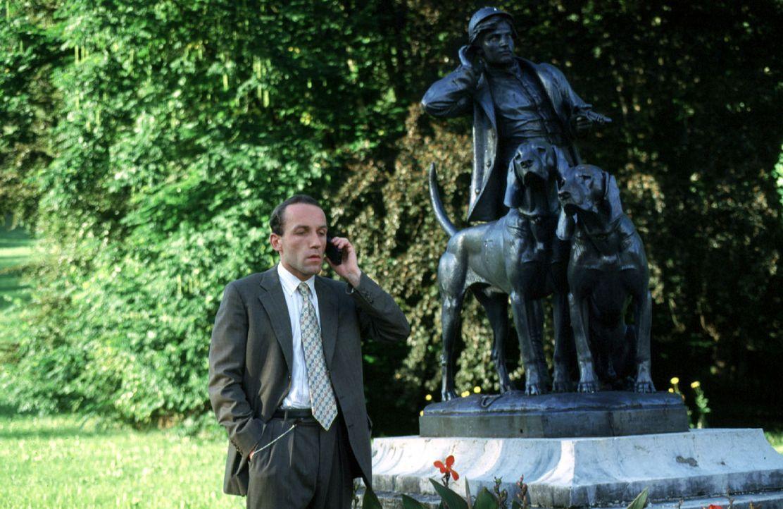 Stockinger (Karl Markovics) verfolgt Edmund Assigal durch Bad Ischl ... - Bildquelle: Hermann Huber Sat.1