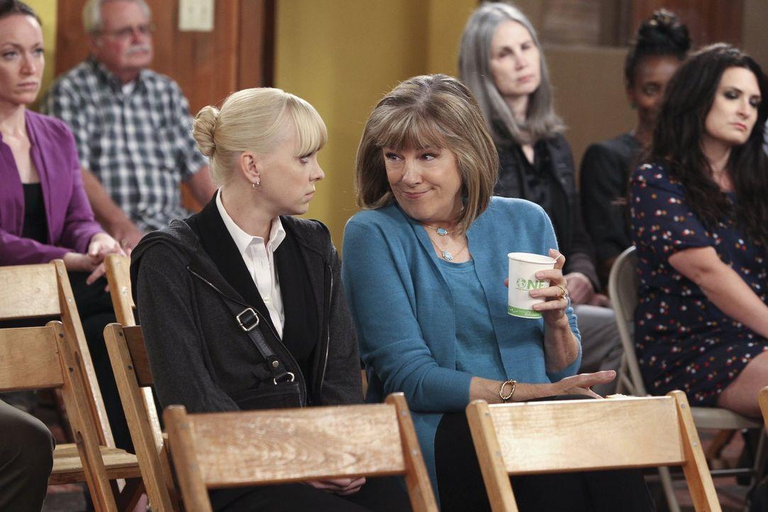 Bei den Anonymen Alkoholikern lernt Christy (Anna Faris, l.) Marjorie (Mimi Kennedy, r.) kennen und bekommt von ihr einen lehrreichen Spiegel vorgeh... - Bildquelle: Warner Brothers Entertainment Inc.