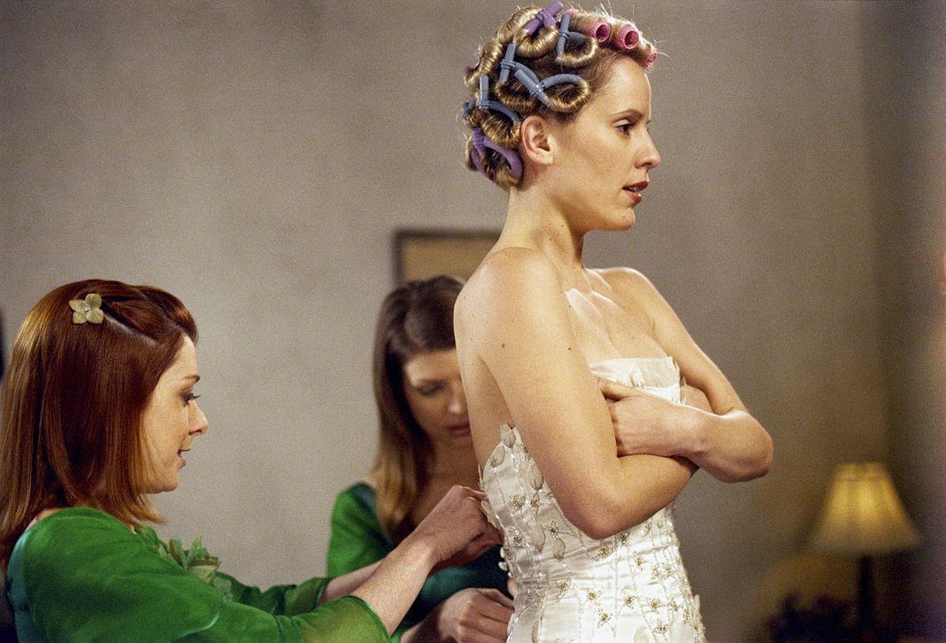 Am Tag der Hochzeit wird die Zukünftige, Anya (Emma Caulfield, r.), von Willow (Alyson Hannigan, l.) und Tara (Amber Benson, M.) für den großen Auge... - Bildquelle: TM +   Twentieth Century Fox Film Corporation. All Rights Reserved.