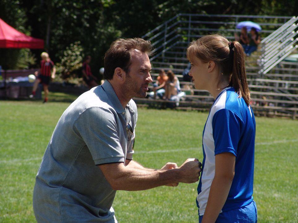 Drückt seiner Tochter beide Daumen für das bevorstehende Fußballspiel: Gil (Scott Patterson, l.) ... - Bildquelle: Showcase Entertainment