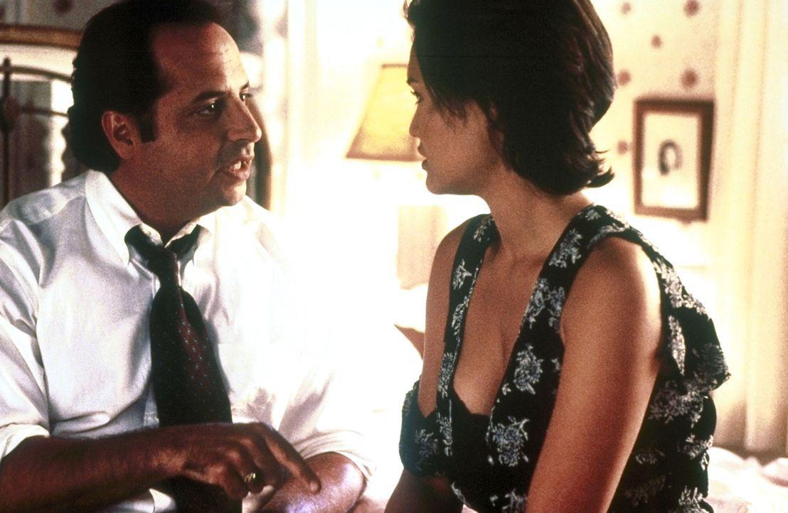 In seiner Kollegin Victoria (Tia Carrere, r.) findet Richard (Jon Lovitz, l.) eine kämpferische Mitstreiterin. Gemeinsam beschließen sie, den Schula... - Bildquelle: Columbia TriStar