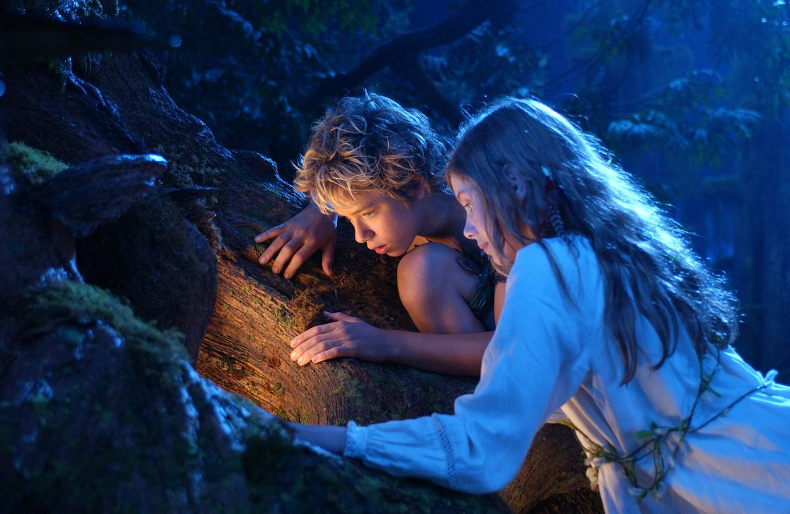 Eines Abends erscheint Peter Pan (Jeremy Sumpter, l.) in Wendys (Rachel Hurd-Wood, r.) Zimmer und überredet sie, ihn nach Nimmerland zu begleiten.... - Bildquelle: 2004 Sony Pictures Television International. All Rights Reserved.