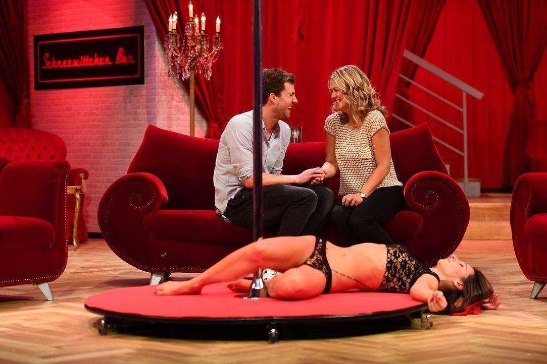 Tabledance-Bar Stammkunde Luke Mockridge (l.) hat sich in Stangentänzerin Babsi (unten) verliebt doch seine Ehefrau Lisa Feller (r.) ist ihm auf der... - Bildquelle: Willi Weber Sat.1