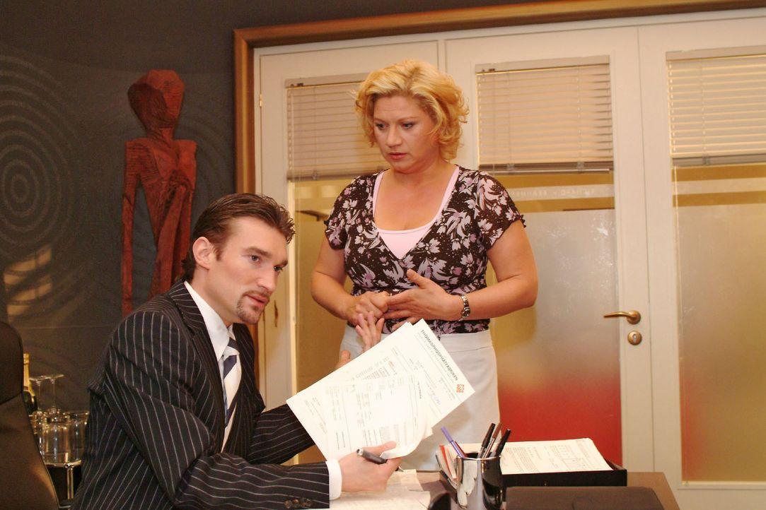 Vergeblich versucht die verzweifelte Agnes (Susanne Szell, r.) Richard (Karim Köster, l.) davon zu überzeugen, ihren Job nicht auf eine Halbtagsst... - Bildquelle: Monika Schürle Sat.1