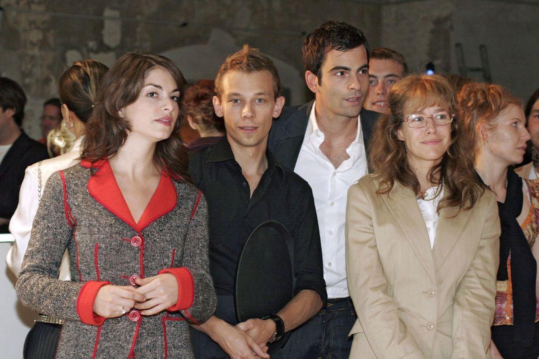 Mariella (Bianca Hein, l.), Jürgen (Oliver Bokern, 2.v.l.), David (Mathis Künzler, 2.v.r.) und Lisa (Alexandra Neldel, r.) blicken sich aufgeregt... - Bildquelle: Noreen Flynn Sat.1