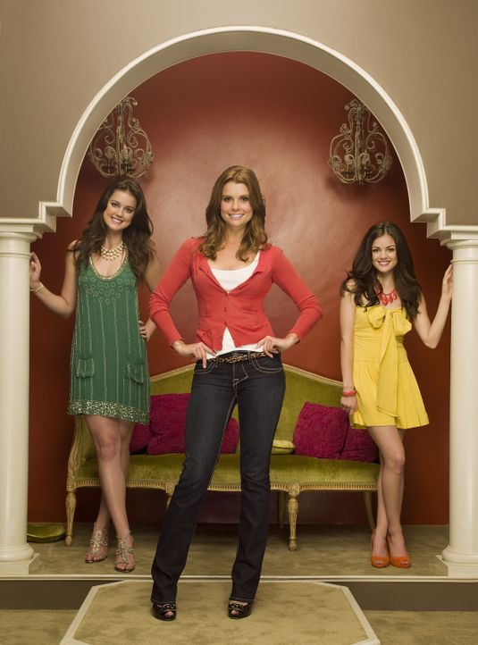 (1. Staffel) - Als Tutorin, die die beiden verwöhnten Schwestern Sage (Ashley Newbrough, l.) und Rose Baker (Lucy Hale, r..) auf das College vorbere... - Bildquelle: Warner Bros. Television